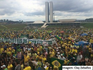 Milhares de pessoas vão às ruas pedir o impeachment de Dilma Rousseff