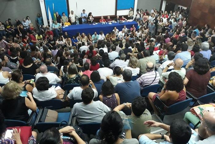 Assembleia de docentes na Uerj vota por manter estado de greve