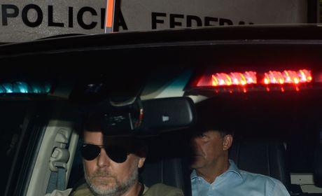 Cabral é levado para Bangu; grupo festeja chegada com fogos e espumante