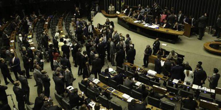 Plenário da Câmara rejeita denúncia contra Temer por 251 a 233 votos