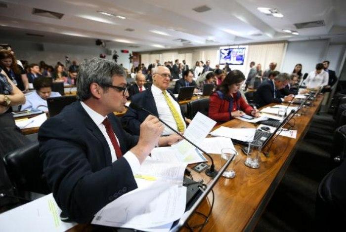 Comissão do Senado aprova PEC que aumenta chances de eleições diretas