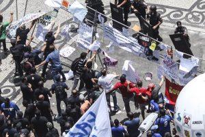 Manifestantes derrubam grades na Alerj e entram em confronto com o Choque