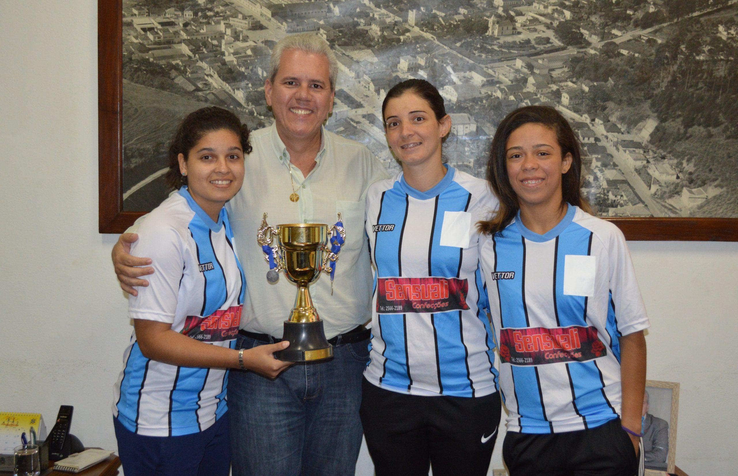 Leandro Monteiro recebe agradecimento de atletas de futsal