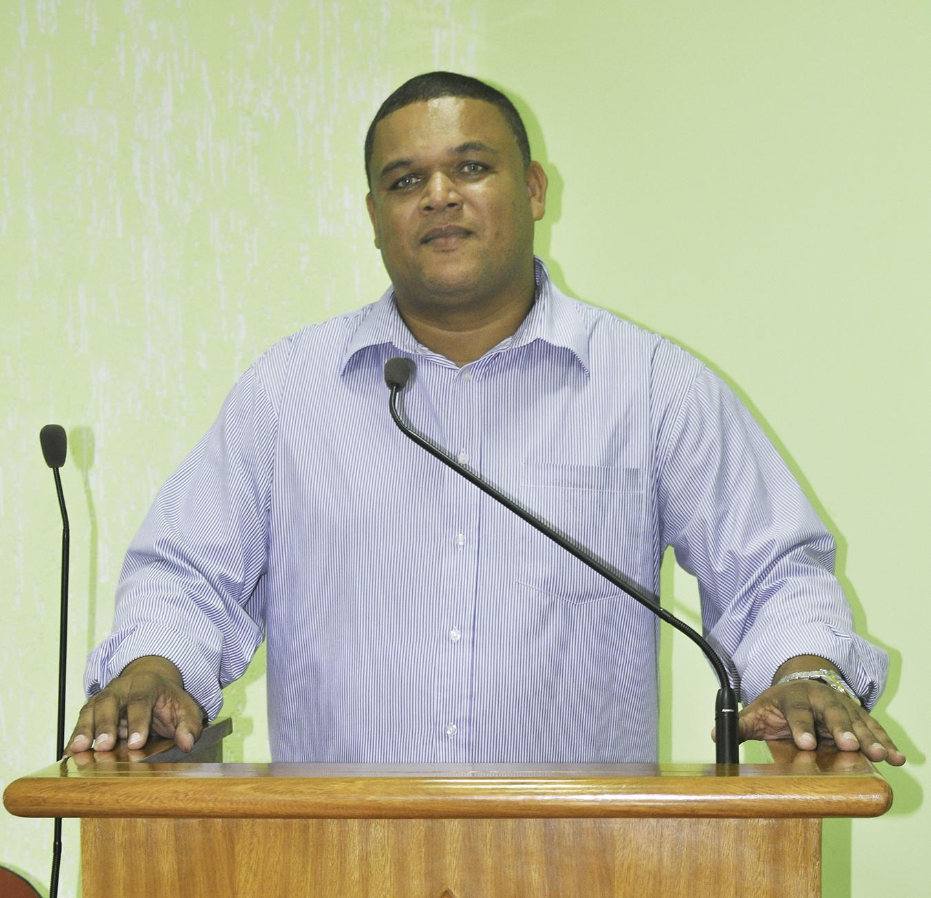 Vereador Alberto Herdy pede reforma e revitalização de praça no Bairro Santos Reis, em Macuco