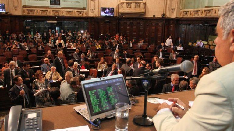 CEDAE: DEPUTADOS APROVAM TARIFA SOCIAL E GARANTIA PARA PAGAMENTO DE SERVIDORES