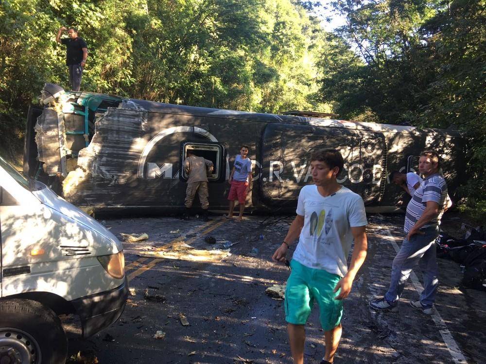 Ônibus com juvenil do Vasco tomba e interdita RJ-116, em Cachoeiras de Macacu; 22 ficaram feridos