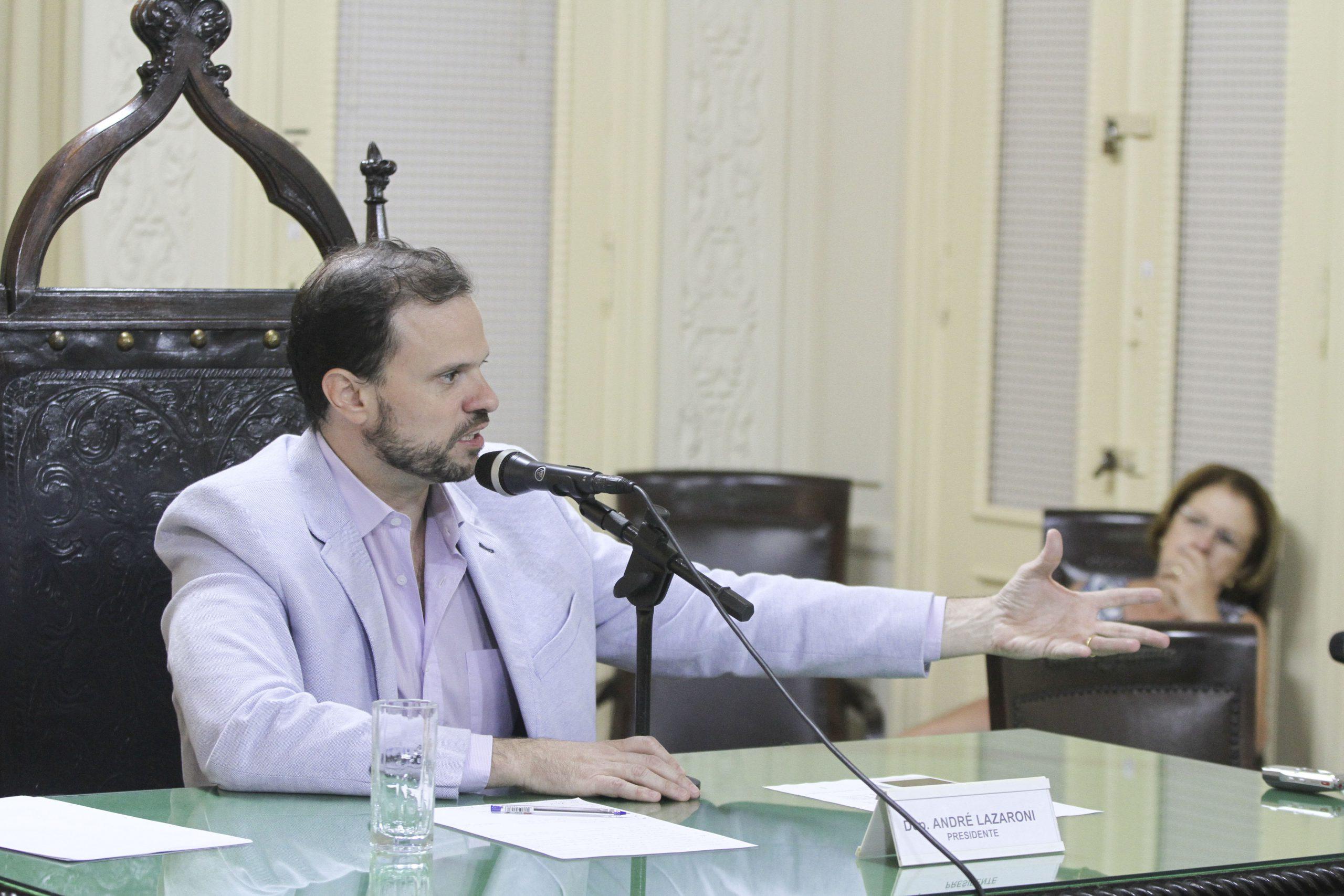 ESTUDANTES COMEMORAM APROVAÇÃO DE ELEIÇÃO DIRETA PARA DIRETORES DE ESCOLA