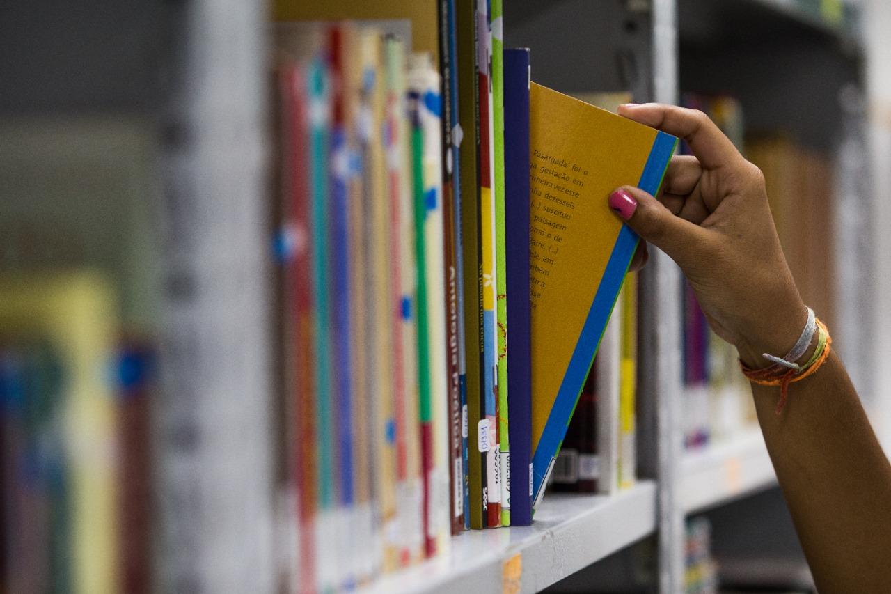 Parceria vai oferecer curso gratuito a jovens de escolas públicas.